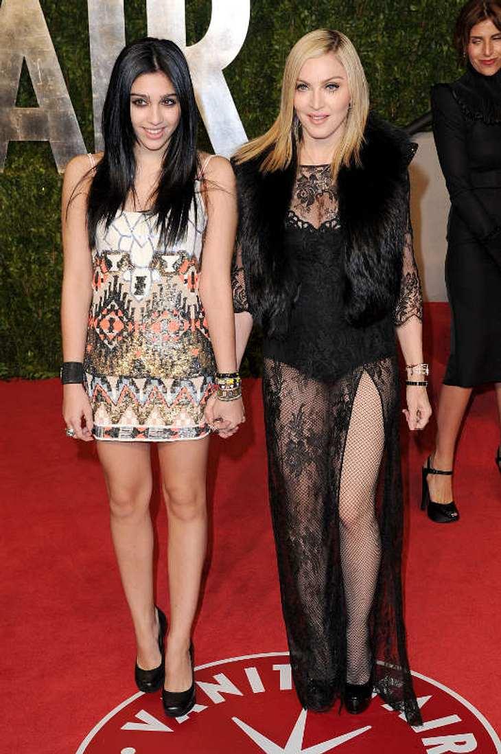 """Oscar-Verleihung 2011: Die Partys danachFrüh übt sich: Madonna brachte ihre 14-jährige Tochter Lourdes, genannt Lola, auf die """"Vanity Fair Party"""" mit. Madonnas Outfit war, naja, wieder etwas ganz besonderes..."""
