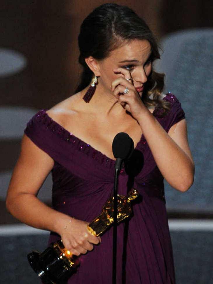 """Oscar-Verleihung 2011:Natalie Portman war zu Tränen gerührt, als sie ihren Oscar als """"Beste Hauptdarstellerin"""" in """"Black Swan"""" erhielt. Hoffen wir für sie, dass der Oscar-Fluch an der schwangeren Natalie vorüber geht..."""