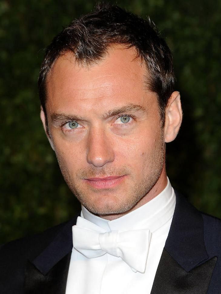 """Oscar-Verleihung 2011: Die Partys danachNeu-Single Jude Law schaute sich auch auf der """"Vanity Fair Party"""" um. Ob was """"passendes"""" dabei war, ist nicht bekannt..."""
