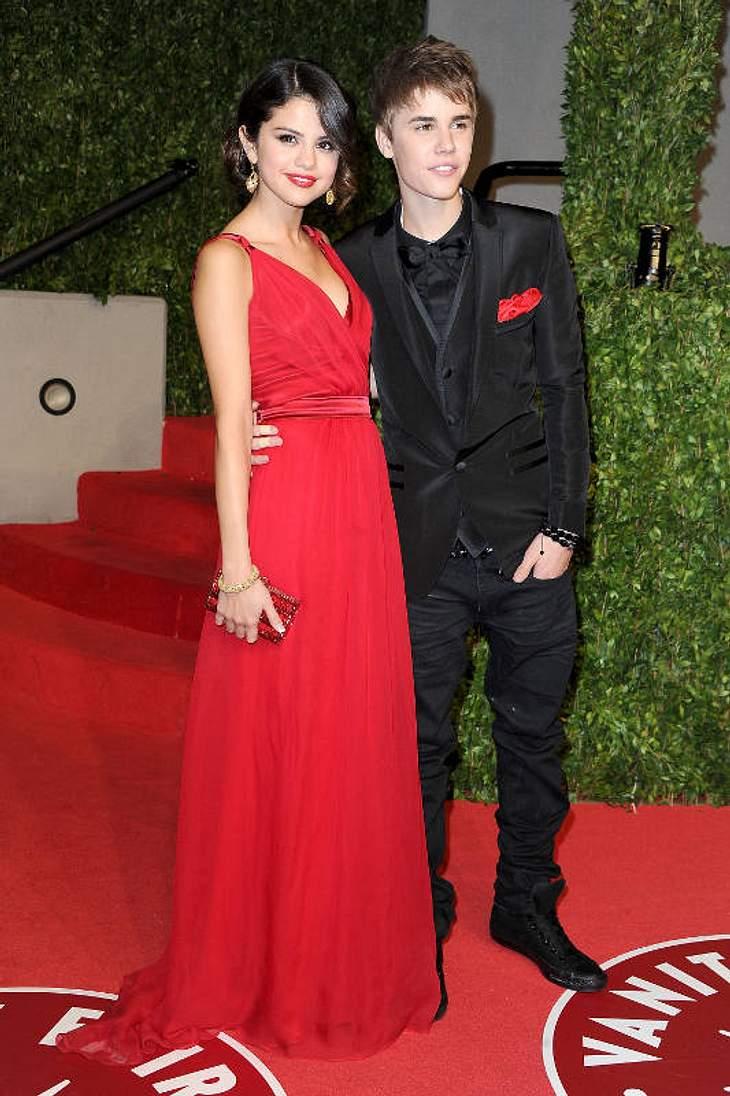 """Oscar-Verleihung 2011: Die Partys danachDas scheint wohl was ernstes zu sein: Justin Bieber führte Selena Gomez  auf die """"Vanity Fair Party"""". Ihr Outfit in der Farbe der Liebe: rot!"""