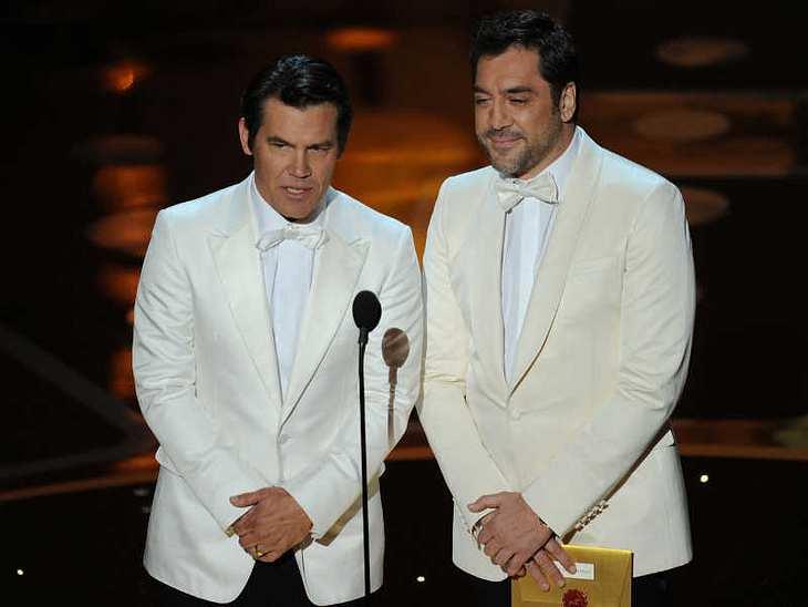 Oscar-Verleihung 2011: Die Schauspieler Josh Brolin und Javier Bardem sahen aus wie zwei Kellner, als sie auf der Bühne einen Oscar verliehen...
