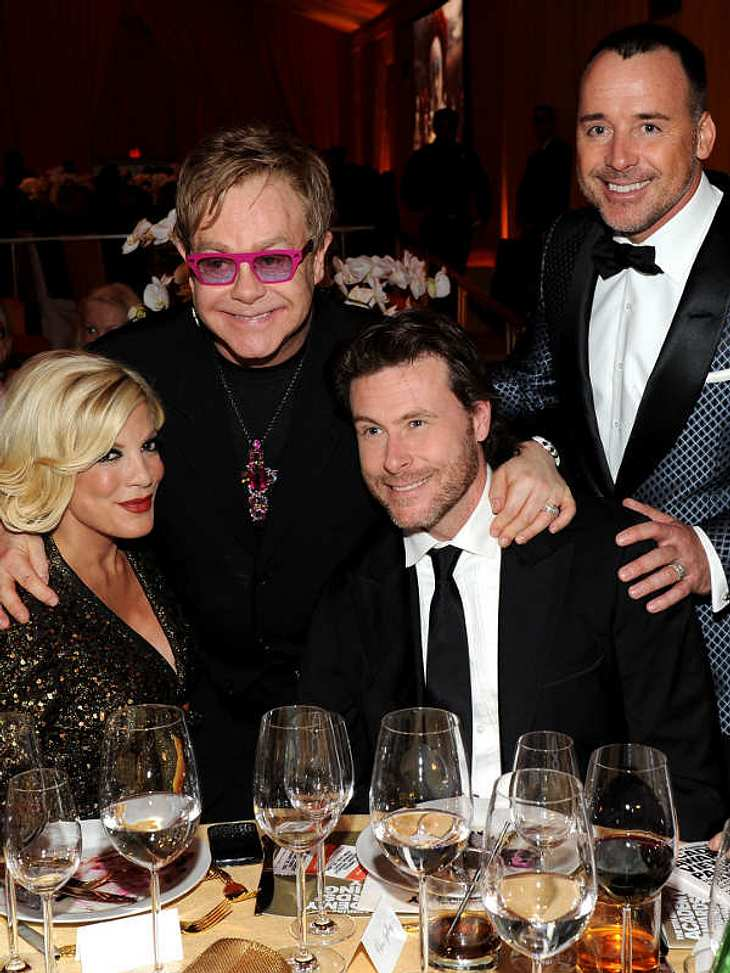 ,Oscar-Verleihung 2011: Die Partys danachElton John begrüßt zusammen mit seinem Mann David Furnish seine Gäste. Hier mit Tori Spelling und Ehemann Dean McDermott.