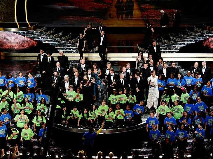 Oscar-Verleihung 2011:Das große Finale der Oscar-Verleihung. Um kurz nach sechs deutscher Zeit gingen die 83. Academy Awards zuende. Zum Schluss kamen noch mal alle Preisträger auf die Bühne! Was für eine Nacht...