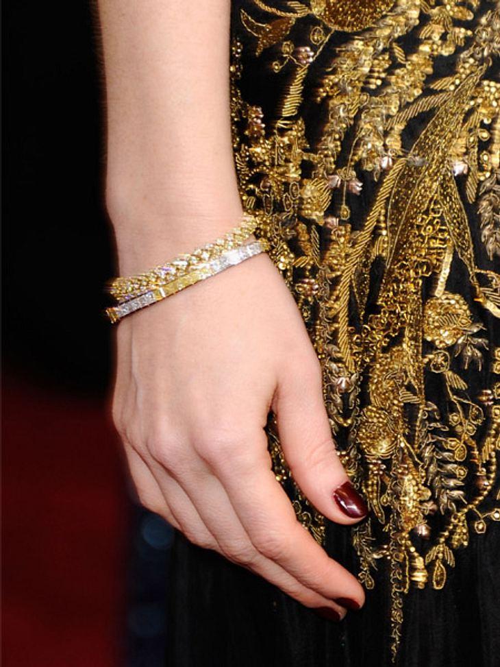 So teuer waren die Looks der Stars bei den Oscars 2012Am Handgelenk funkelten mit gelben Diamanten besetzte Armbänder aus 18-Karat-Gold.