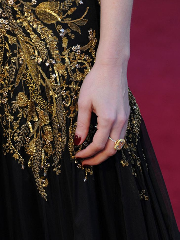 """So teuer waren die Looks der Stars bei den Oscars 2012Der 11,41-Karat-Solitärring von """"Harry Winston Diamonds"""" rundetet den Millionen-Look ab."""