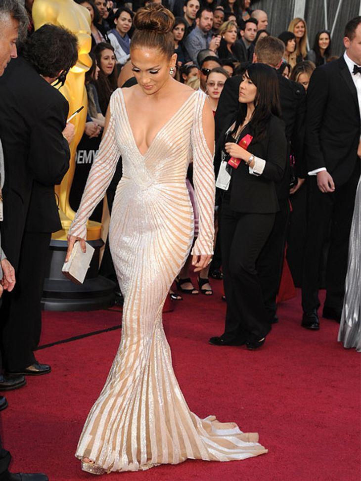 So teuer waren die Looks der Stars bei den Oscars 2012Jennifer Lopez (42) sorgte mit ihrem Kleid von Zuhair Murad und einem vermeintlichen Busenblitzer für Gesprächsstoff.