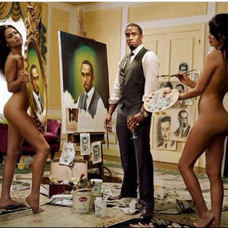 """Zwei nackte Frauen und eine Leinwand - mittendrin: P.Diddy. Und er sieht sich als großer Künstler: """"Ich bin ein Künstler. Im wahrsten Sinne des Wortes. Lol""""."""