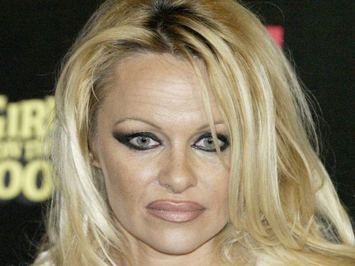 Die Make-Up-Pannen der StarsBei Pamela Anderson (44) muss ja immer alles ein bisschen größer sein - auch ihre Lippen. Leider sieht man den großzügig aufgetragenen Lippenkonturenstift zu deutlich.