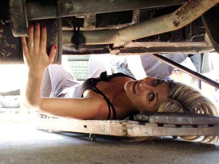 Panagiota Petridou: Echtes Know-HowWas macht die hübsche Frau unter dem Auto?!, wird man sich auf den ersten Blick fragen. Doch Panagiota Petridou ist tatsächlich nicht nur eine wunderschöne Frau, sie hat auch richtig Ahnung von Autos. Mit