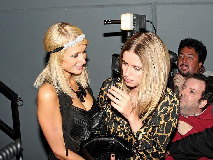 Zwei Blondchen, zwei Silberblicke. Bei Paris Hilton und Schwester Nicky lässt sich schwer sagen, wer von den beiden betrunkener ist.