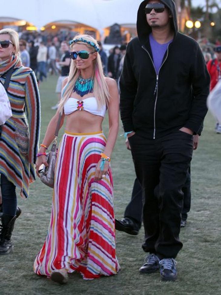 Coachella Festival 2012 Paris Hilton (31) machte auf bauchfrei und tauchte im 70er-Look in die feiernde Masse ein.