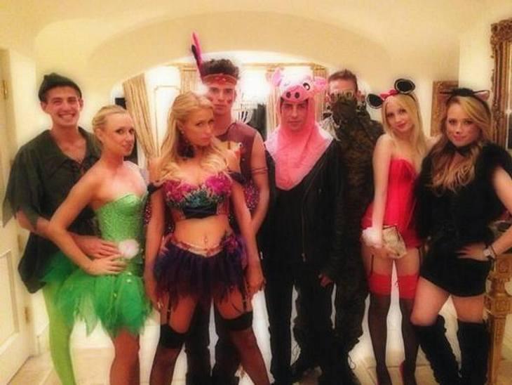 """Die schrägsten Hollywood-Kostüme der StarsAls heiße Elfe verkleidet besuchte Paris Hilton (31) die Halloween-Party von """"Playboy""""-Chef Hugh Hefner."""