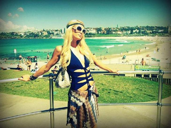 Paris Hilton: Meine Leben - eine Party28. März 2012 am Bondi Beach: Es muss nicht immer im Club gefeiert werden. Eine entspannte Strand-Party hat immerhin auch was. Und hier ist eine Sonnenbrille auch wirklich sinnvoll.