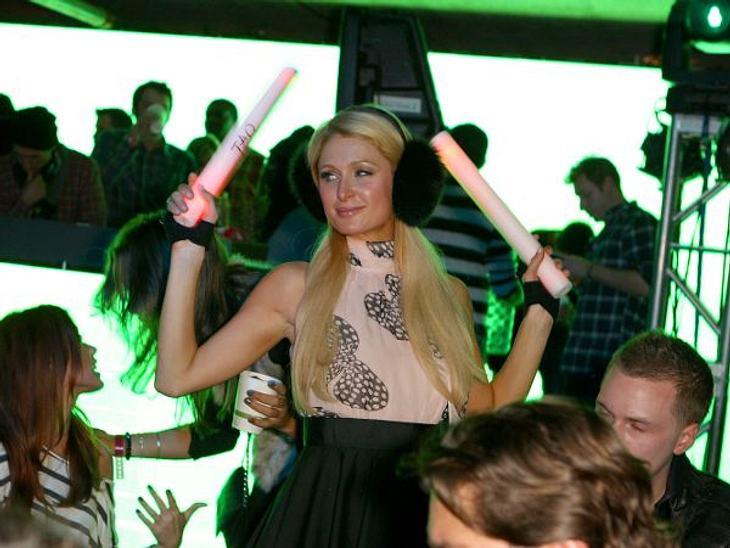 Paris Hilton: Meine Leben - eine Party20. Januar 2012 in Park City: Paris Hiltons neues Lieblingsspielzeug, sind neuerdings Leuchtstäbe. Vielleicht ein neuer Werbedeal? Im TAO geht sie auf jeden Fall ab.