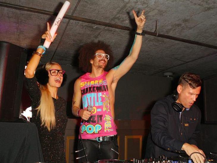 Paris Hilton: Meine Leben - eine Party21. Januar 2012 wieder in Park City: Party Nummer zwei im TAO. Und wieder sind sie mit dabei - die Leuchtstäbe. DJ Afrojack legt brav auf, Paris feiert bis der Arzt kommt.