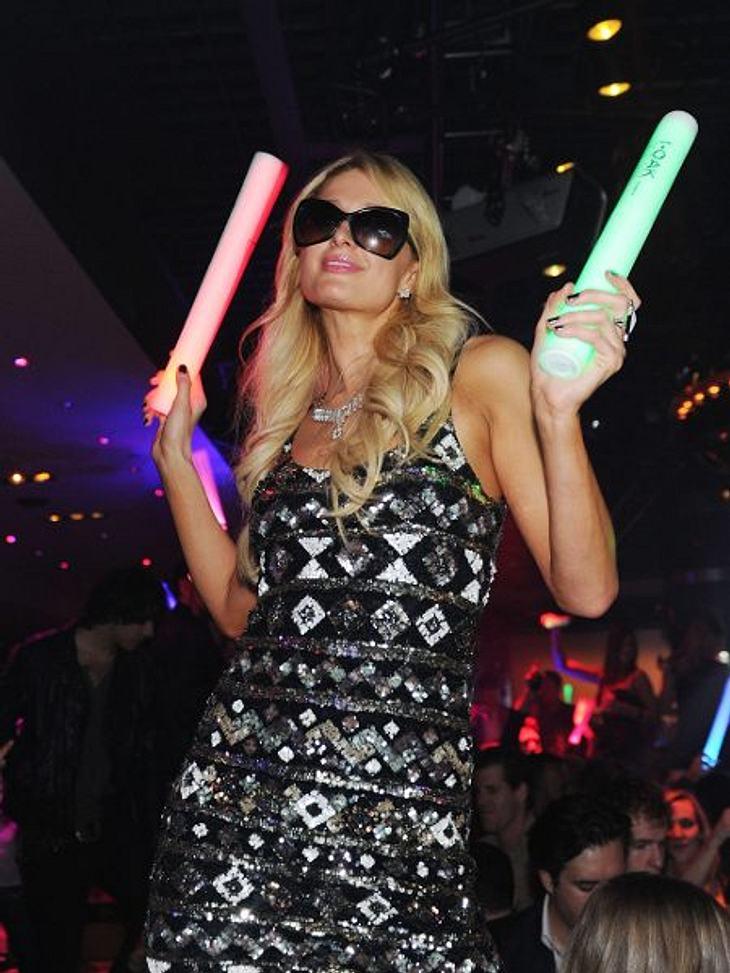 Paris Hilton: Meine Leben - eine Party27. Januar 2012 in Las Vegas: Bei der großen Eröffnungsparty im OAK in Vegas bringt Paris Hilton ihre geliebten Leuchtstäbe wieder mit. Warum sie im stockfinsteren Club jedoch Sonnenbrille trägt, ist un