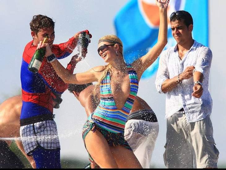 Paris Hiltons liebt Luxus, dazu gehören auch teure Champagner-Duschen. Sexy ist das aber nicht, nur Verschwendung.