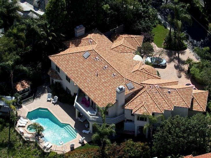 Stars - die Nachbarn aus der HölleWer in den noblen Mulholland Estates in L.A. wohnt, braucht starke Nerven. Denn dort residiert auch Paris Hilton (31)...