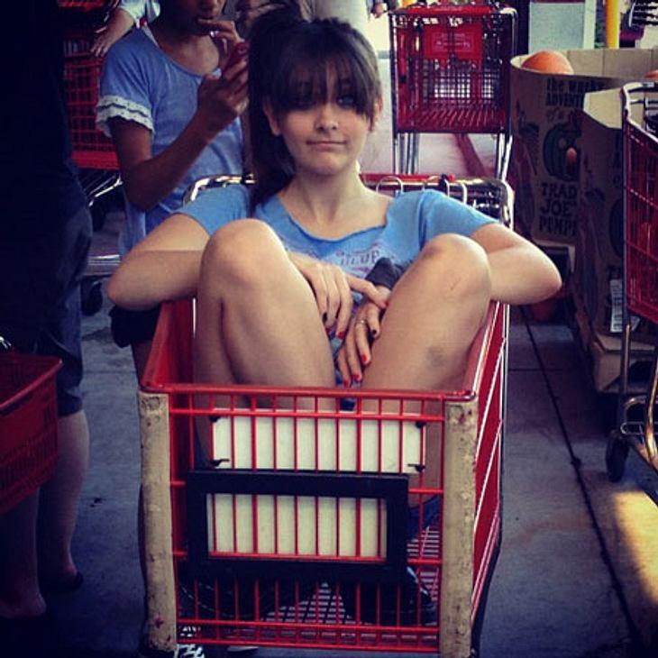 """Die besten Twitter-Bilder der Stars im SeptemberSpaß im Supermarkt! Paris Jackson ließ sich im Einkaufswagen durch die Gänge schieben. """"Das ist die Definition von Chillen"""", scherzte sie."""