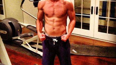 Patrick Schwarzenegger zeigt seine Muskeln. - Foto: Patrick Schwarzenegger Shriver / Twitter