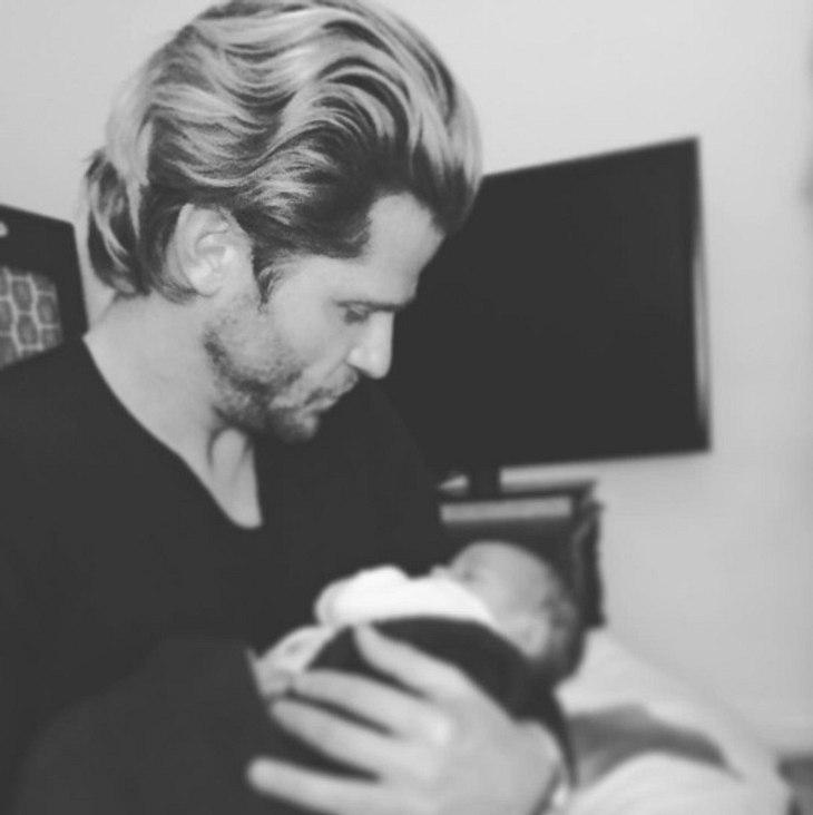 Paul Janke mit Baby im Arm
