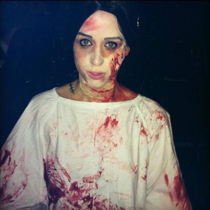 """Die schrägsten Hollywood-Kostüme der StarsWie einem Horrorfilm entsprungen: Das blutrünstige Kostüm von Peaches Geldof (23) sollte einen """"Patienten, der einer Irrenanstalt entflohen ist"""", darstellen."""