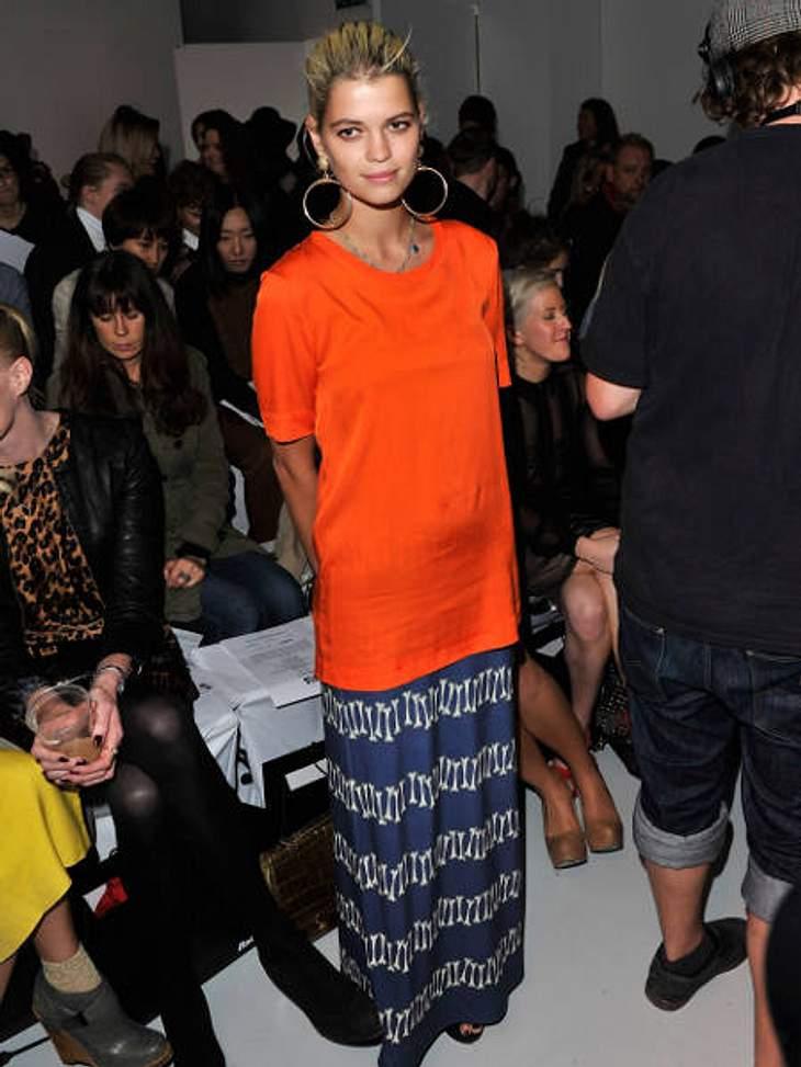 Star-Style: OrangeWas Pixie Geldof immer so anhat, ist nicht der Renner. Dem Trend folgt sie aber trotzdem, deshalb Daumen hoch für dieses orangefarbene Longshirt.
