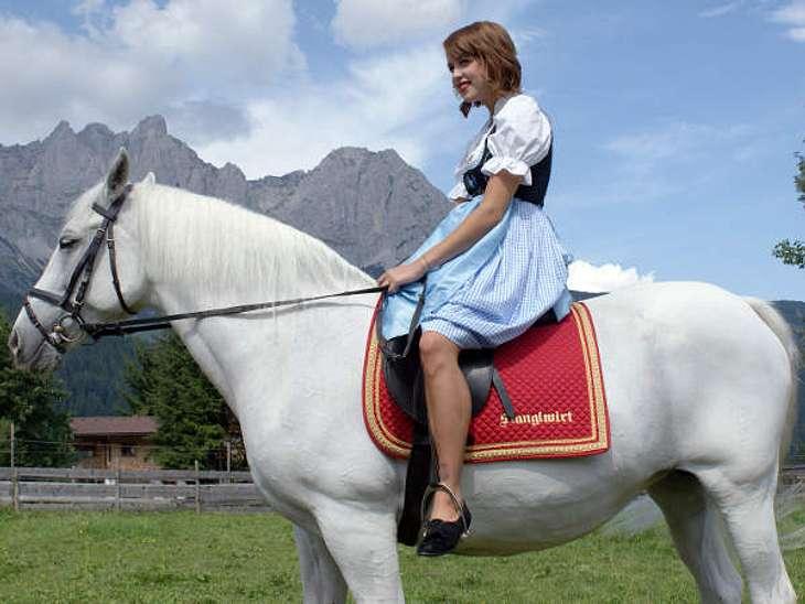 Stars beim OktoberfestAuf dem Pferd in den Bergen mit einem Dirndl an - ja das ist Peaches Geldof mit einer Oberdosis Bayern.