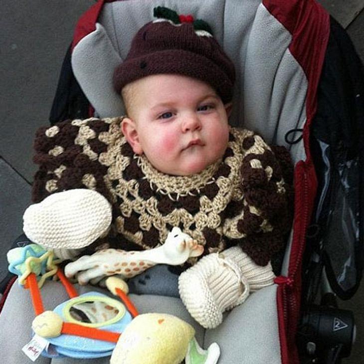 Ob dem Kleinen dieses Outfit gefiel? Sein skeptischer Blick lässt da anderes vermuten...