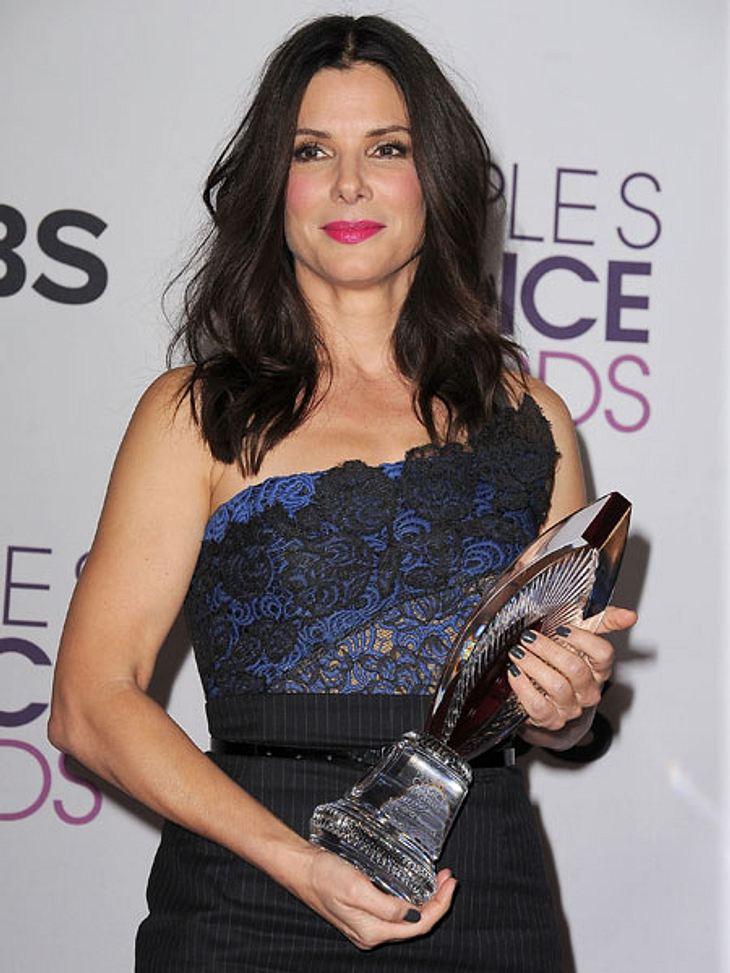 """""""People's Choice Awards"""" 2013Über einen Preis in der neuen Kategorie """"humanitäre Dienste"""" durfte sich Oscar-Preisträgerin Sandra Bullock (48) freuen.Sie nahm einen Preis für ihr Engagement nach dem Hurrikan Katrina entge"""