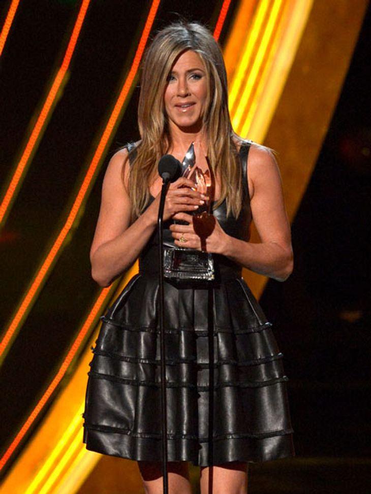 """""""People's Choice Awards"""" 2013Früher noch brav, heute sexy: Jennifer Aniston (43) zeigt in ihrem taillierten Lederkleid viel Haut. Aniston wurde als beste Schauspielerin im Bereich Komödien gekührt."""
