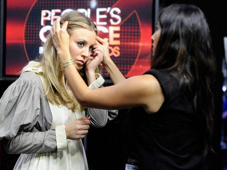 """""""People's Choice Awards"""" 2012Host Kaley Cuoco (26, """"The Big Bang Theory"""") lässt sich kurz vor der Show nochmal das Haar richten."""