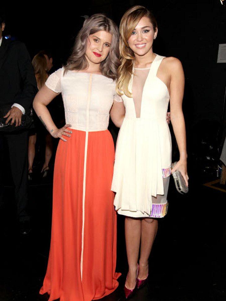 """""""People's Choice Awards"""" 2012Zwei, die sich wirklich gut verstehen: Kelly Osbourne (27) und Miley Cyrus (19 """"Hannah Montana"""")."""