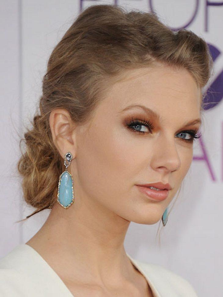 """""""People's Choice Awards"""" 2013Ihr erster öffentlicher Auftritt nach der Trennung von Harry Styles (18).Taylor Swift (23) glänzte in einem Traum aus weiß und mit eleganter Hochsteckfrisur. Da gerät der Preis als beste Country-Sänger"""