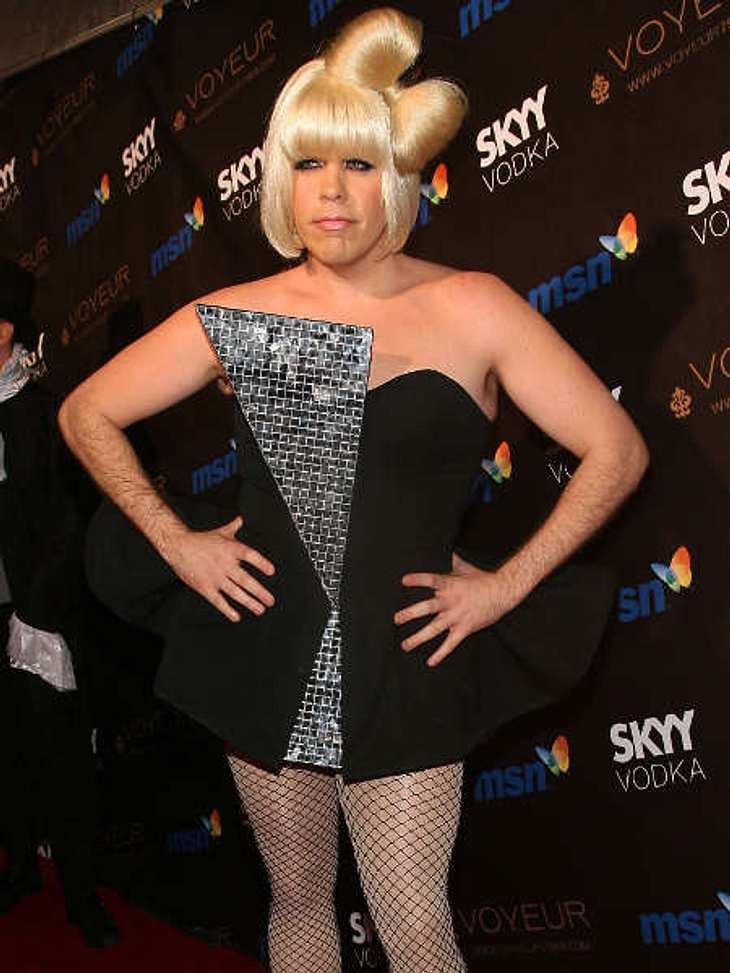 So feiern die Stars HalloweenLady Gaga... ääh... Celebrity-Blogger Perez Hilton war auch kreativ bei seinem Halloween-Kostüm. Er ging als Lady Gaga - täuschend echt, oder?