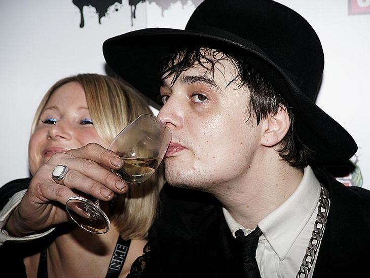 """Abgestürzte Stars - dem Ende naheIn den 90ern gründete Pete Doherty die Band """"The Libertines"""" - der Erfolg kam schnell, sein Absturz ebenfalls. Um seine Drogensucht zu finanzieren, bricht er in das Haus seines Bandkollegen ein und"""