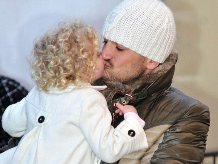 Stars beim KnutschenPapa hat Dich lieb! Peter Andre (38) busselt seine kleine Tochter Princess Tiaamii (3).