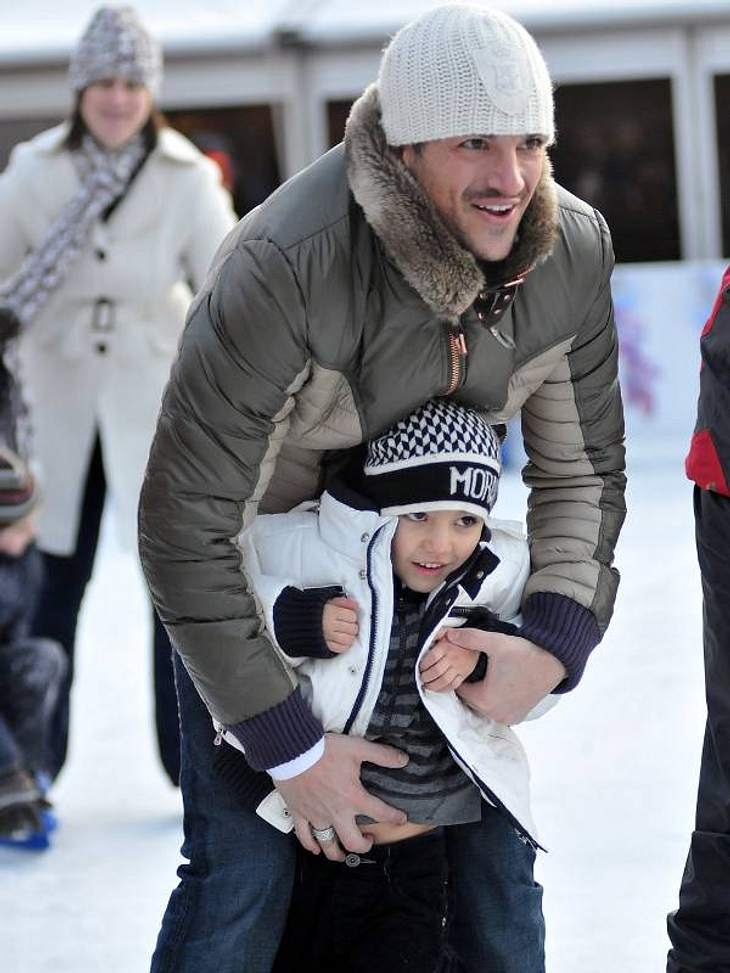 Stars im SchneeGenau so macht es auch  Peter Andre mit seinen Kindern. Hier balanciert er mit Sohn Junior über das Eis.