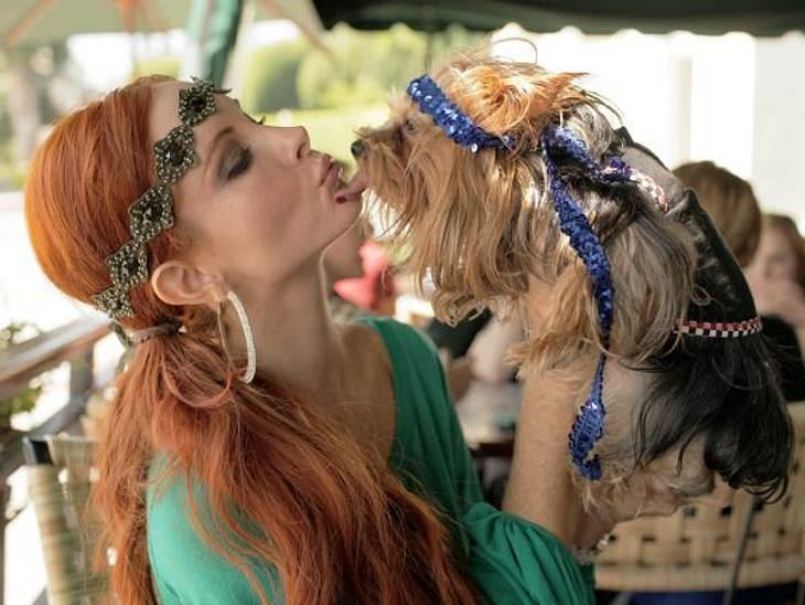 Stars und ihre HundeHund und Besitzerin im Partner-Look: Phoebe Price hat natürlich auch einen stylischen Hund, den sie zum Fressen gern hat.