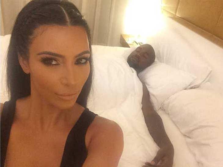 Kim Kardashian ist mal wieder im Selfie-Wahn. Ob ihr bewusst war, dass ihr Gatte Kanye West im Hintergrund ein Nickerchen macht?