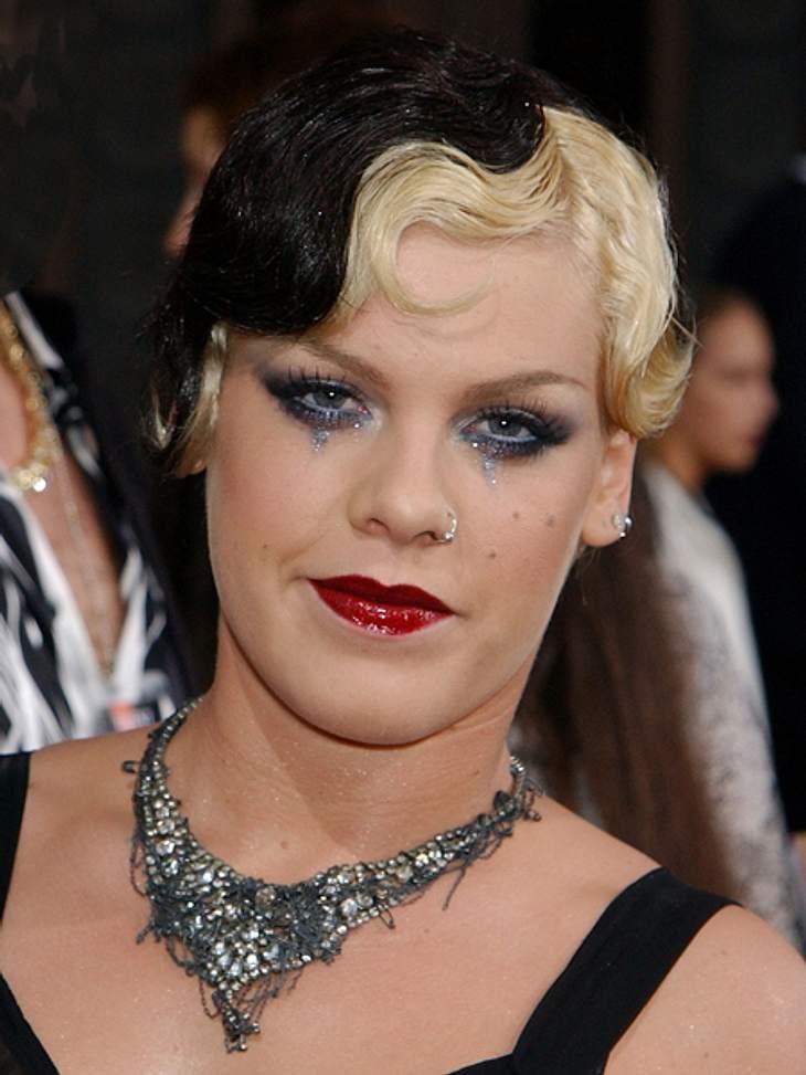 Frisuren-Chamäleon Pink - Die schrägsten Looks... mit sehr drastischen. Ob der griesgrämige Gesichtsausdruck bedeutet, dass sie von dieser Frisur nicht sonderlich überzeugt war?