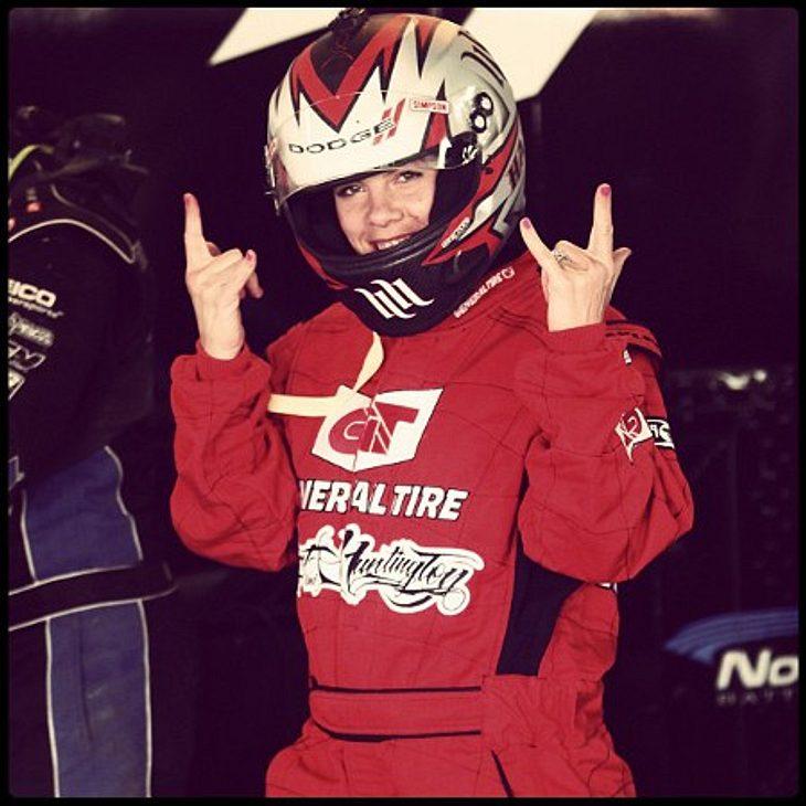 Die Twitter-Fotos der StarsUnd Vollgas! Pink (32) fühlt sich in der Rennfahrer-Kluft offenbar ziemlich wohl.