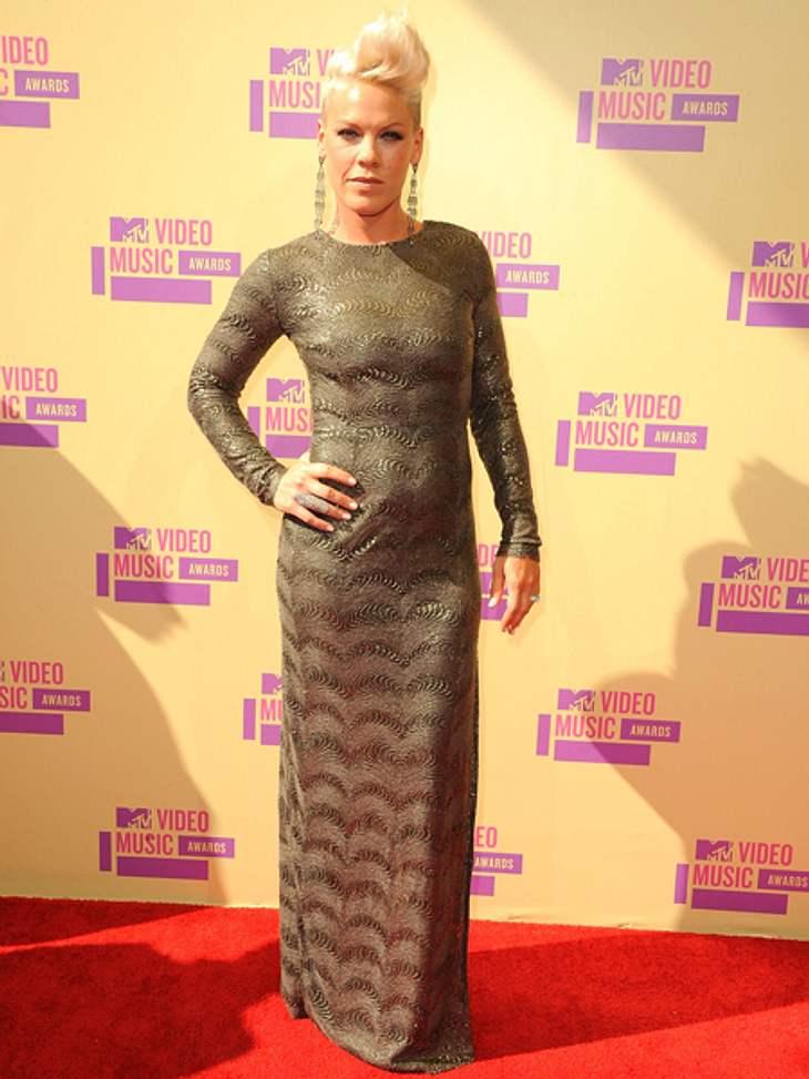 Der Style der VMA 2012: Tops & FlopsZu eng, zu gewollt, nicht schön. Die sonst eigentlich stylische Pink (32) lag dieses Mal daneben. Fazit: FLOP