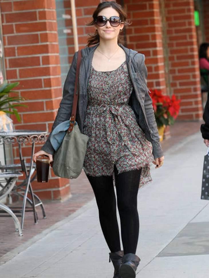 Star-Style: PlaysuitsEmmy Rossum bevorzugt bei Playsuits eher die gedeckte Variante. Auch mit blickdichten Strumpfhosen zu tragen, wenn's mal frischer ist.,Wem steht's besser - Taylor Swift oder Emmy Rossum?