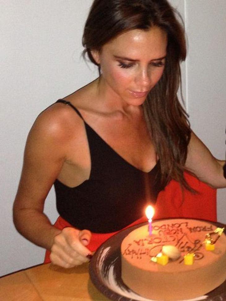 """Am 18. April feierte Victoria Beckham ihren 39. Geburtstag. Zur Feier des Tages gab es natürlich einen Kuchen. Aber das oberste Gebot von Posh lautet: Nur angucken, nicht essen! Sie will ja nicht """"fett"""" werden..."""