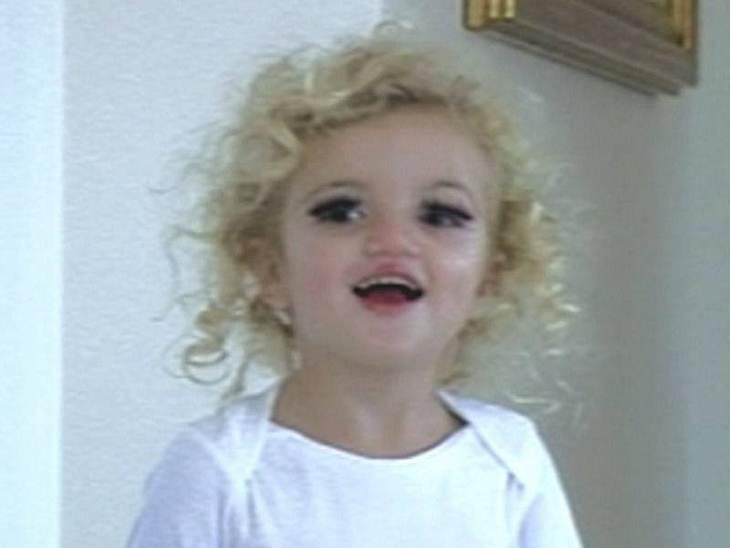 """In der Fernseh-Show """"What Katie Did Next"""" zeigt sich Princess Tiaamii mit angeklebten Wimpern."""