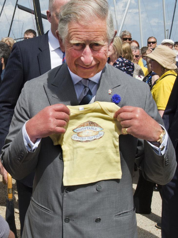 Prinz Charles mit Babykleidung