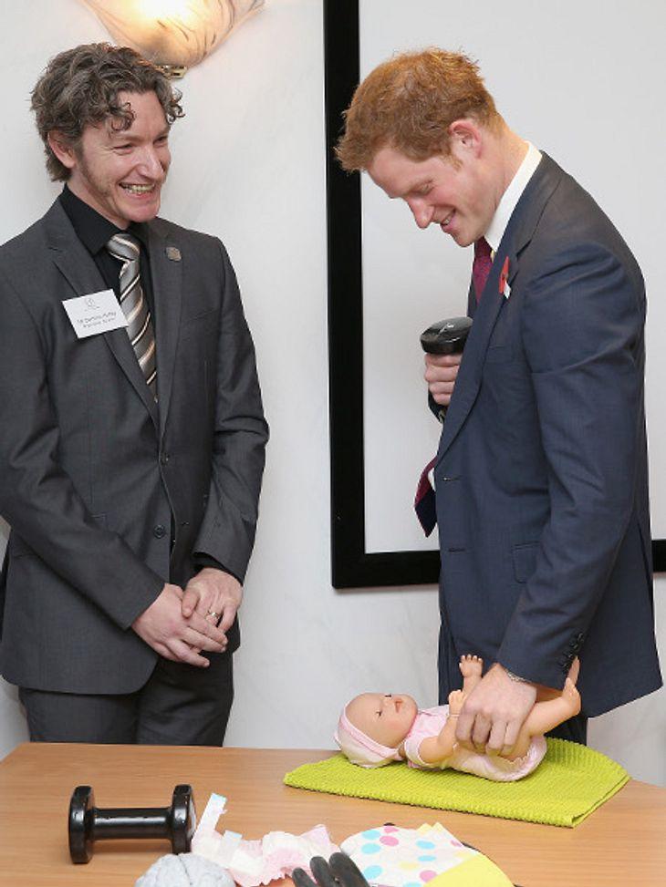 Prinz Harry durfte Windeln wechseln - eine gute Übung für den zukünftigen Onkel.