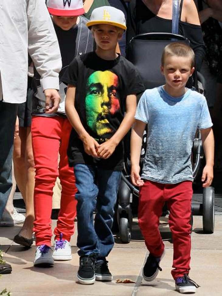 Die stylishen Promi-KinderEs geht aber auch noch eine Spur lässiger. Zum Beispiel mit Bob-Marley-Shirt oder farbigen Skinny-Jeans.
