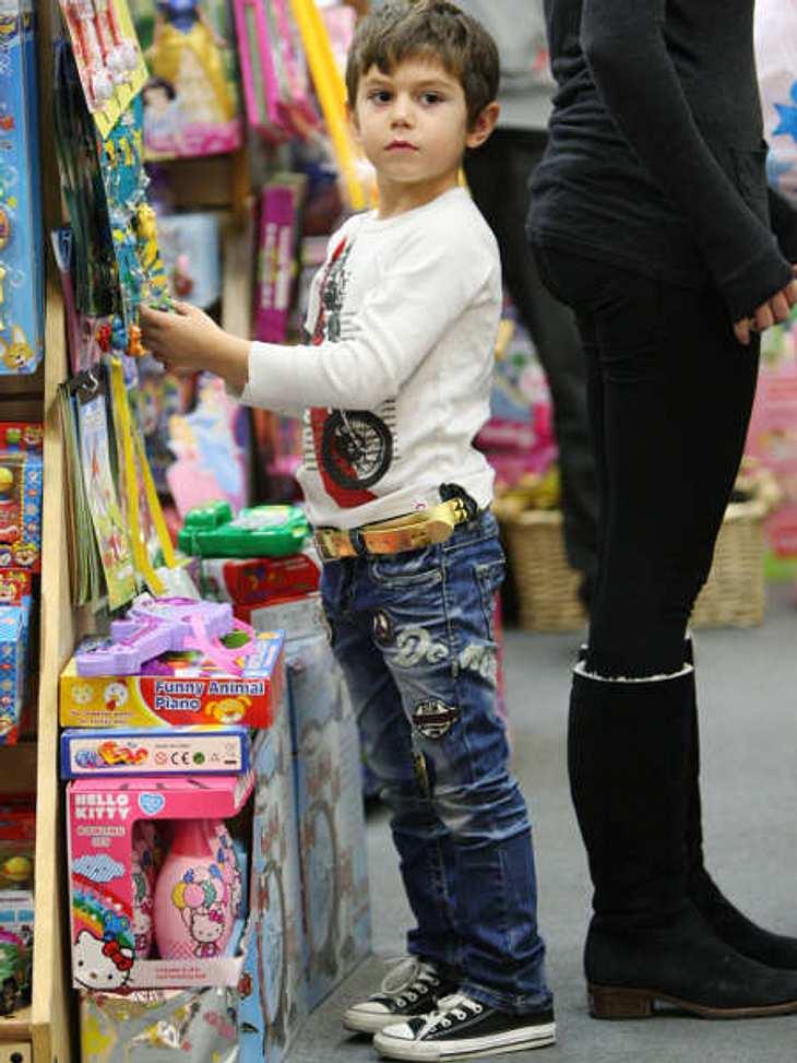 Die stylishen Promi-KinderAuch wenn Pulli und Jeans fast schon normal wirken, muss es bei Kingston Rossdale wenigstens ein goldener Gürtel sein.